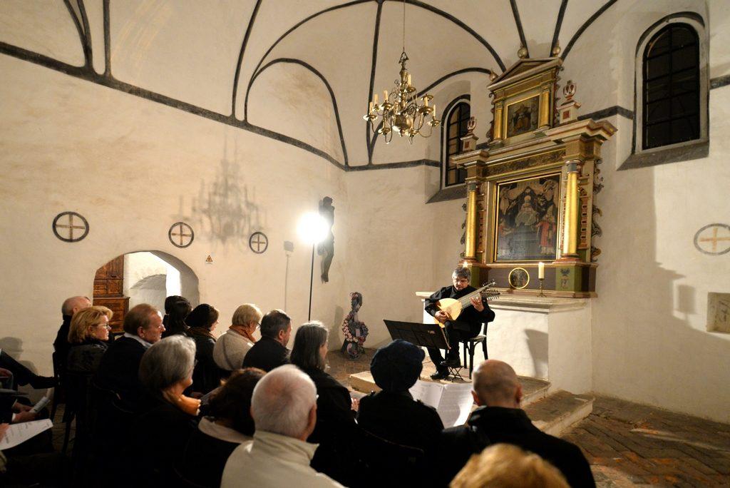 Sinoć lutnja i barokni puhači, danas Varaždinski komorni orkestar, četiri gitarista i izložba Branka Bobića